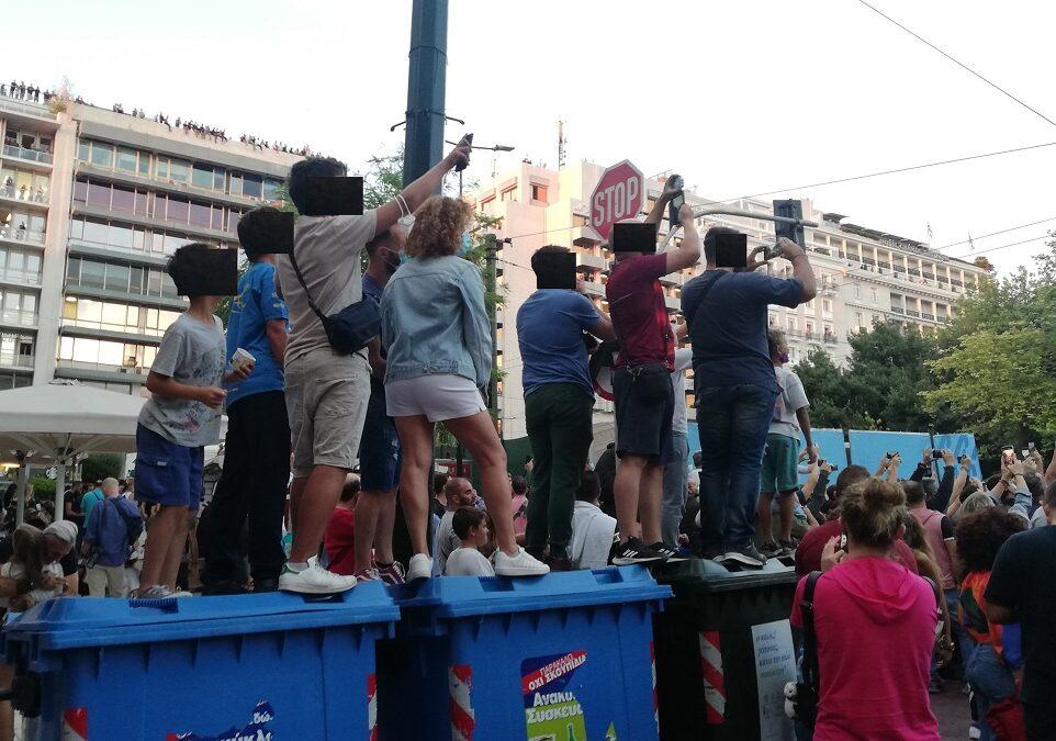 Συνωστισμός χωρίς μάσκες, τσακωμοί και θεατές που σκαρφάλωναν παντού! (photos)