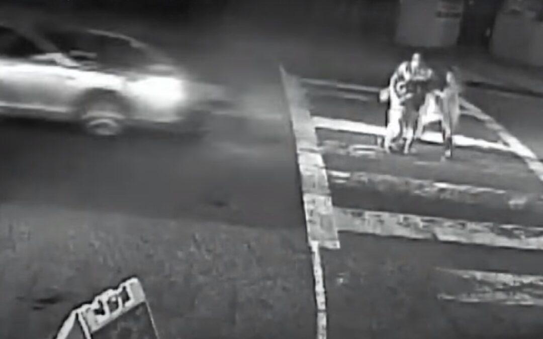 Τρομακτικό: Οικογένεια διασχίζει διάβαση και αυτοκίνητο δεν πατάει ποτέ φρένο!! (Video)