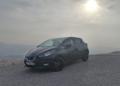 Ο ήλιος προσπαθεί να διαπεράσει τα σύννεφα για να φωτίσει το Nissan Micra N-Sport